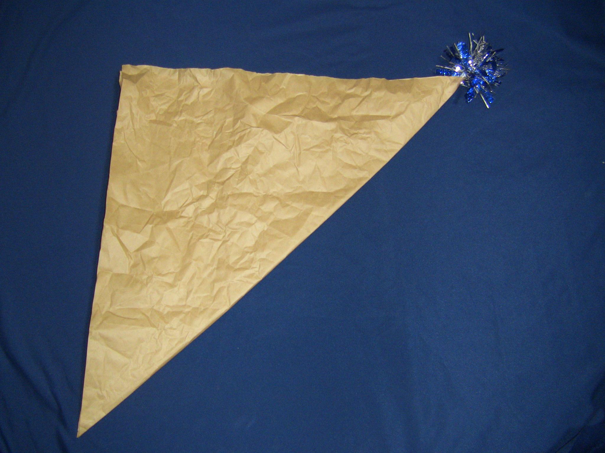 クラフト紙で魔法使い帽子頂点の片方に飾りをつける