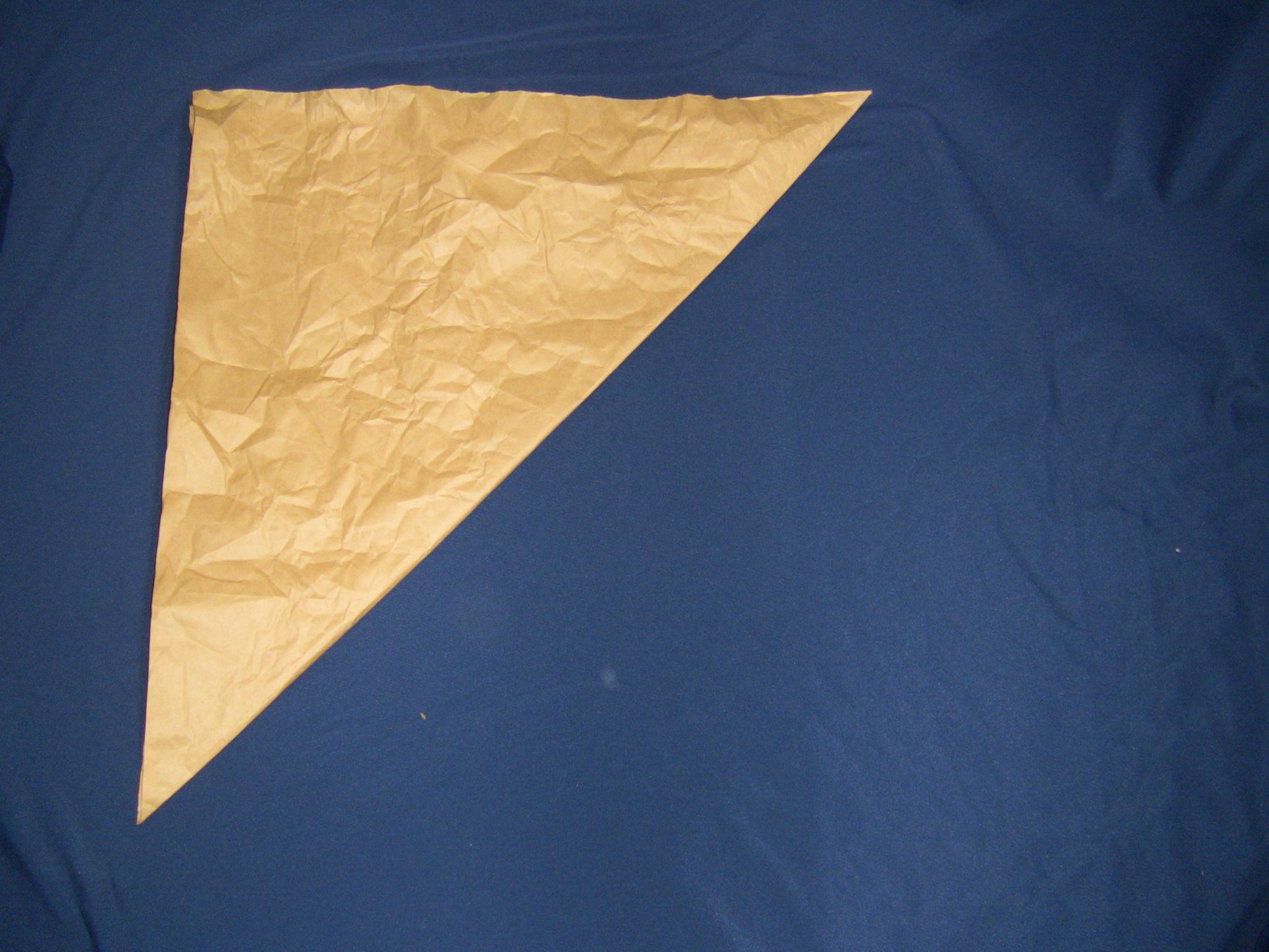 クラフト紙で魔法使い帽子対角線で半分に折る