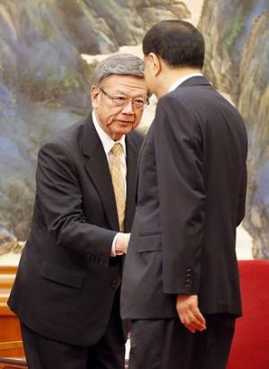270424 14日、北京の人民大会堂で中国の李克強首相(右)と握手する沖縄県の翁長雄志知事_convert_20150424132534