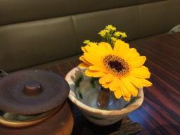 テーブルにさりげなく生花が、なごみますね