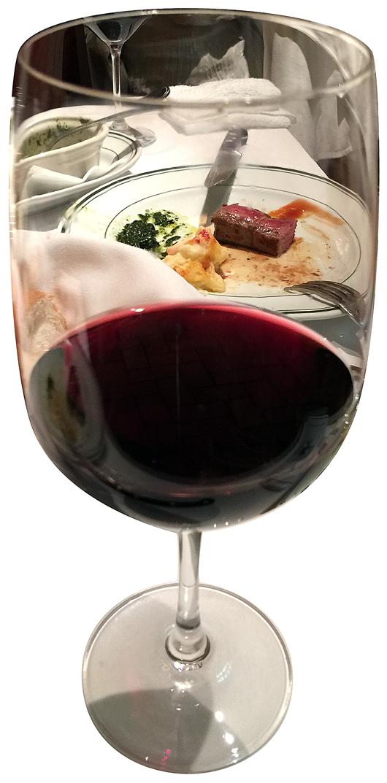 ワインの向こうにお肉が見える