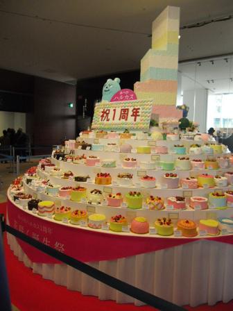 3 1周年を祝う誕生ケーキの山