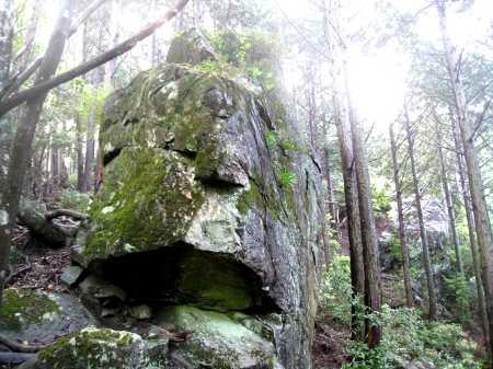 IMG_4574巨岩があります