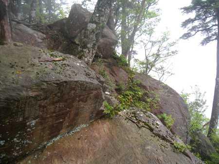 IMG_4604巨岩の横を通ります