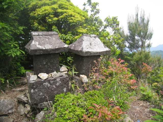 IMG_5057山頂横の石祠です