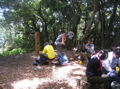 IMG_5142 山頂で食事中の登山者