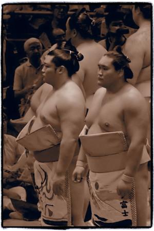 幕ノ内土俵入りで並ぶ人気力士。来場所は並ばないだろう…。