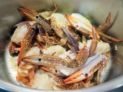 渡り蟹を炒める