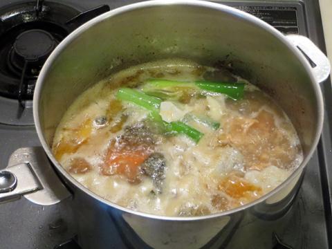 野菜を入れて出汁を作る