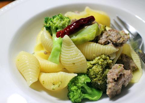 挽肉とブロッコリーのコンキリエ