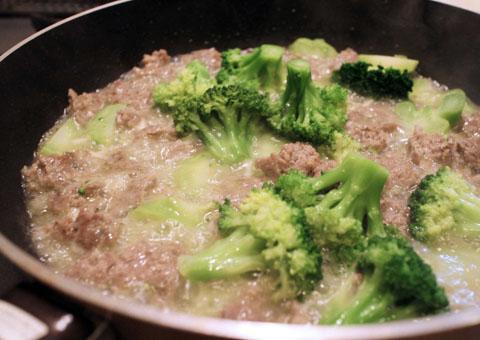 ブロッコリーを挽肉と炒める
