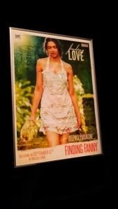 「ファニーを探して」ポスターはなぜか鶏をさばくディーピカー・パードゥコーン