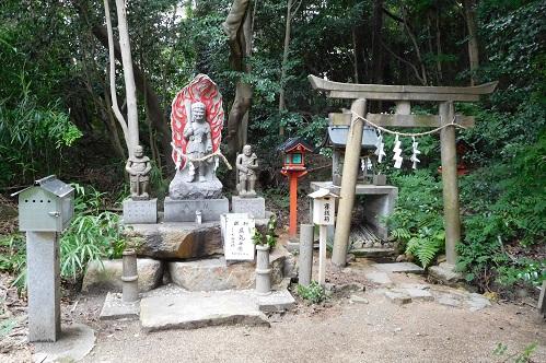 不動明王と水神社