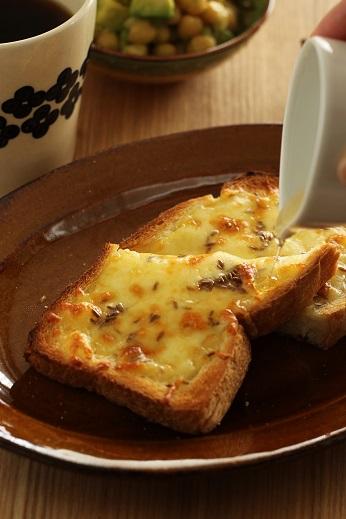 蜂蜜かけクミンチーズトースト