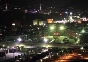 関門海峡大橋を背景に