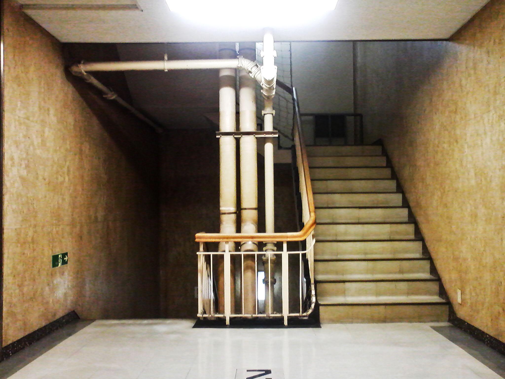 配管むきだし階段