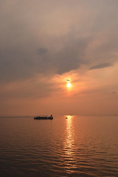 海と夕陽と飛行機