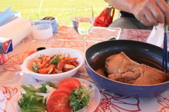 2015潮岬キャンプめし近大マグロとソーセージのピリ辛炒め