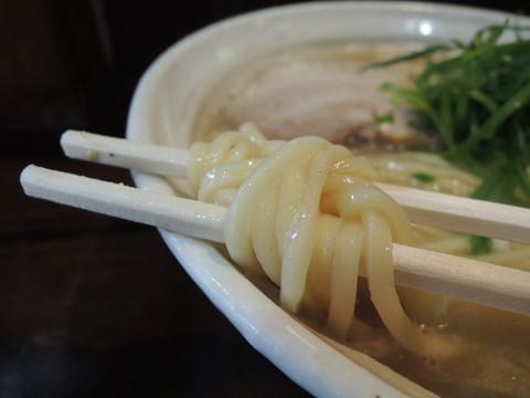 鶏麺しょうゆの麺