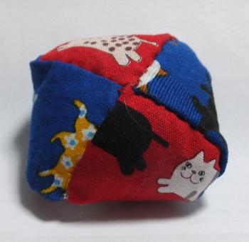猫のお手玉