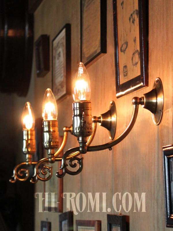 LEVITON社鍵スイッチ付ソケット真鍮製フォーリッジスクロールブラケットA/アメリカンコロニアルヴィクトリアンランプ壁掛照明ウォールライト
