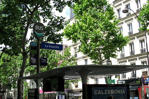 パリのバス停
