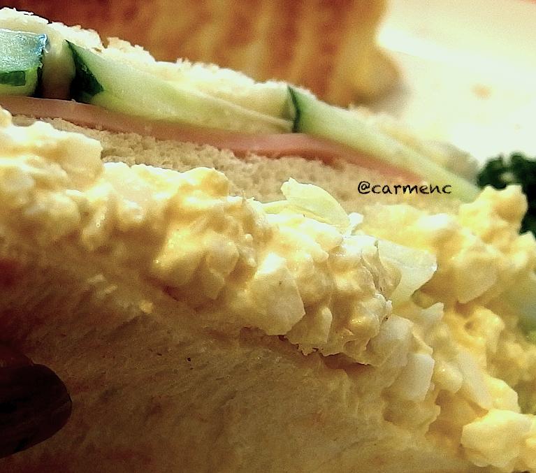 こぼれ落ちるサンドイッチ