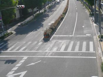五月が丘橋下交差点線引き前(H26