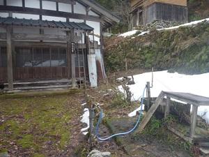 廃村の寺からの水