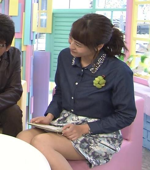 上田まりえ ミニスカ太もも