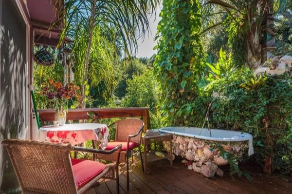 Tropical-Tiny-House-in-California-003-600x398.jpg