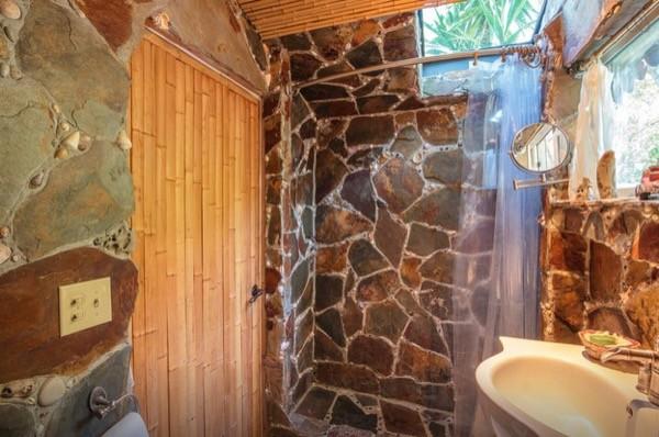Tropical-Tiny-House-in-California-008-600x398.jpg