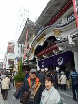 歌舞伎座の前で