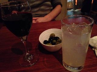 オリーブ盛り合わせにワインにサワー