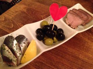 ピンチョス3種(魚の酢づけ、白黒オリーブ、豚のタン)