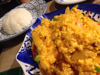 プーパッポンカリー(カニの卵炒め)とカオパオ(タイの白米)