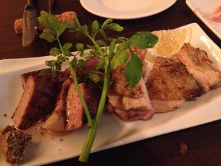 北海道十勝ホエーポーク肩ロースの粒マスタードソース & 山形県美桜鶏もものグリル