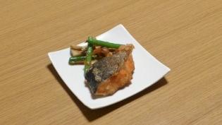 鮭の竜田揚げと野菜。