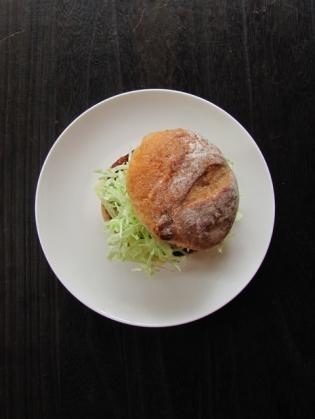 マルシン、3種のチーズハンバーグでチーズハンバーガー1