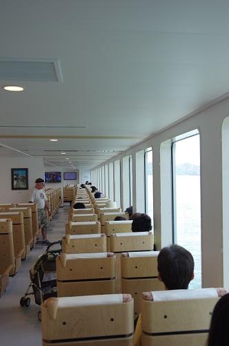 0057直島行きフェリー船内