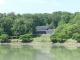 明神池と梅野記念美術館