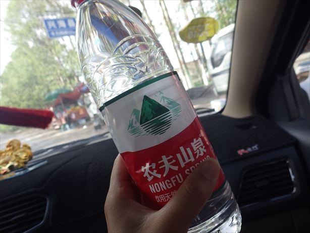 タクシーのおっちゃん水くれた_R