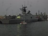 間近に台湾海軍の軍艦150305