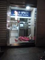 ホームレスが銀行ATMで寝てる150309
