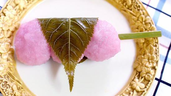 持って食べられる桜もち串02@FamilyMart