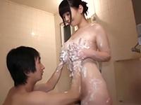 「お肌弱いから手で洗って」童貞の僕を誘う肉食系女子! 川村まや 有本紗世