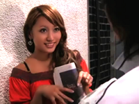 「うち、来ませんか?」新聞配達員にマンコ見せて誘惑するギャルママ!