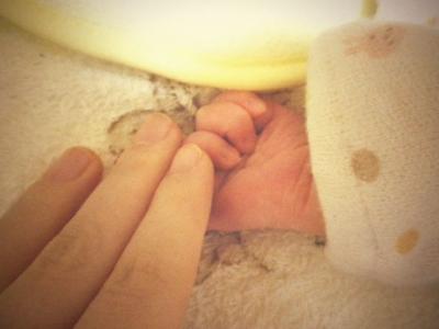 赤子と自分のおてて。