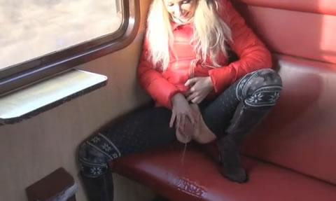 アダルト動画:電車の中でお○っこ