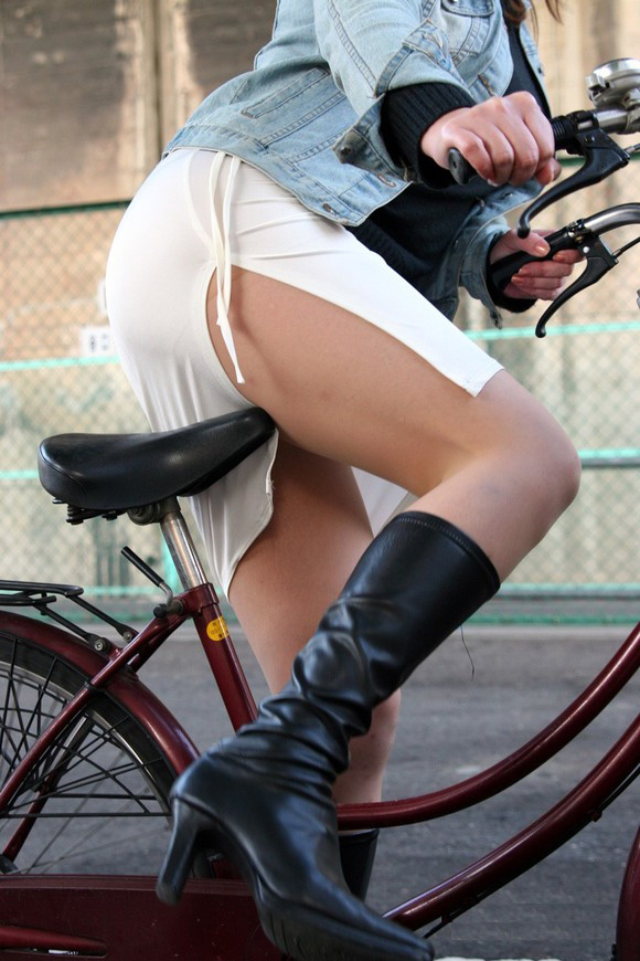 自転車パンチラ脚13